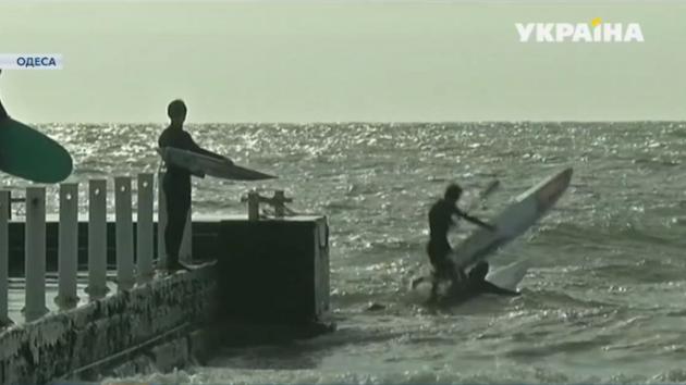В Одессе прошли всеукраинские соревнования серфингистов: появилось видео