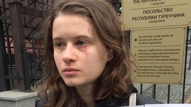 В Киеве на митинге под посольством Турции произошла потасовка: пострадала девушка (видео)