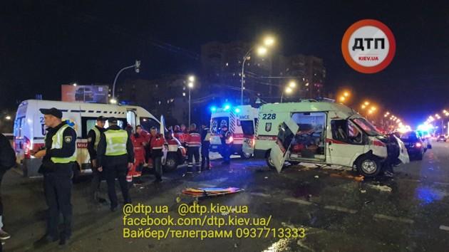 В Сети появилось видео ДТП со скорой в Киеве