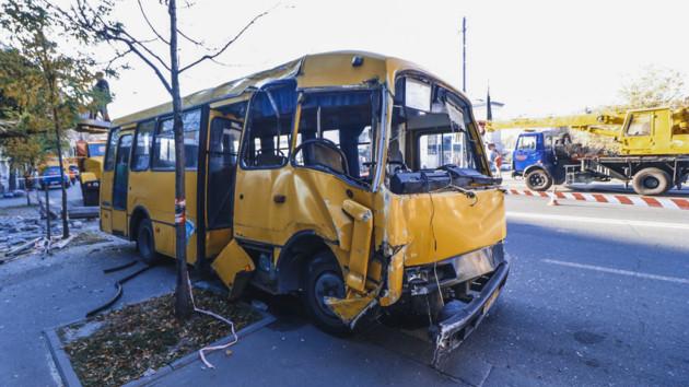 В Киеве на Лукьяновке маршрутка снесла снесла столб и остановила движение троллейбусов