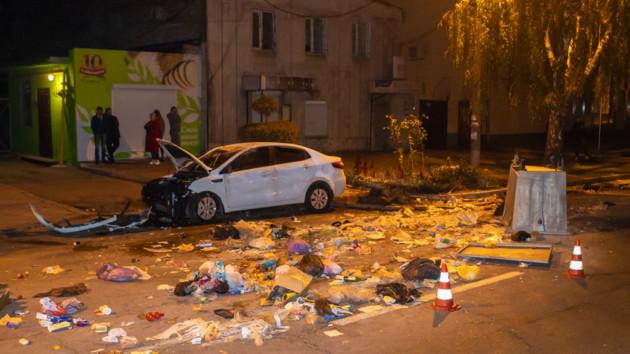 В Днепре после ДТП проезжую часть завалило мусором: появились фото и видео