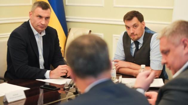 Гончарук провел совещание из-за стройки на крыше дома на Майдане Независимости