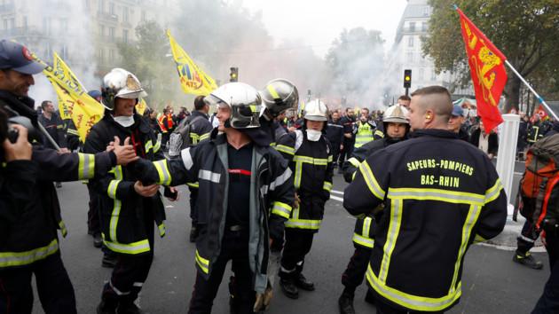 Протесты пожарных в Париже закончились драками и арестами: появилось видео