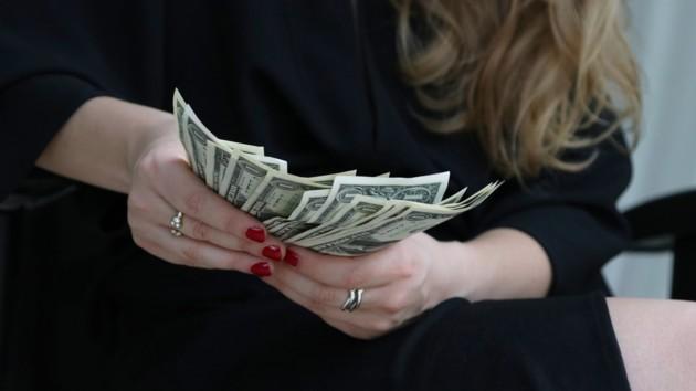 Доллар не удержался: гривня укрепила свои позиции