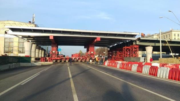Над проспектом Победы в Киеве установили пролет нового Шулявского моста