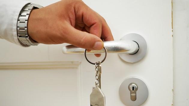 Відключення боржників: комунальникам хочуть дозволити ламати двері квартир, фото-1