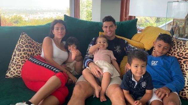 Криштиану Роналду с семьей