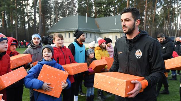 Давид Хочолава с подарком для детей