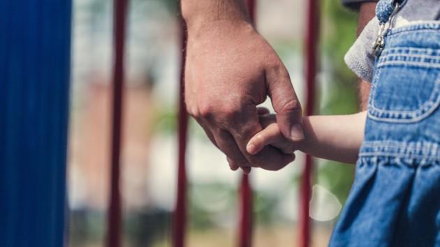 Говорите с ребенком спокойно и с улыбкой на лице