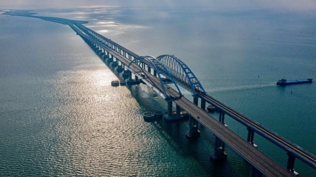 По Керченскому мосту пустили грузовые поезда: появилось видео
