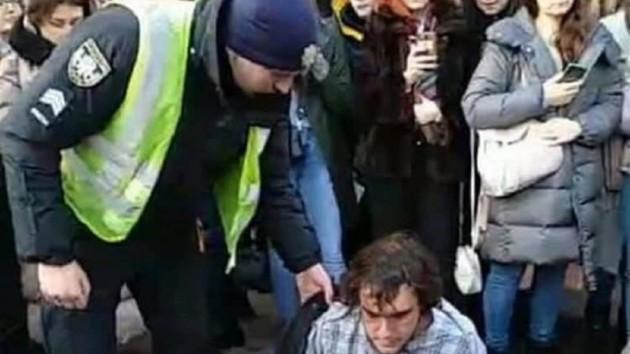 В Киеве полицейские жестко задержали двоих активистов движения «Відсіч»