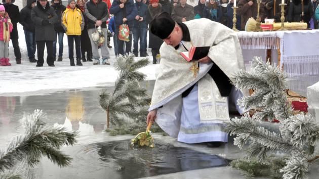 Традиционное освящение и купание в проруби на Крещение