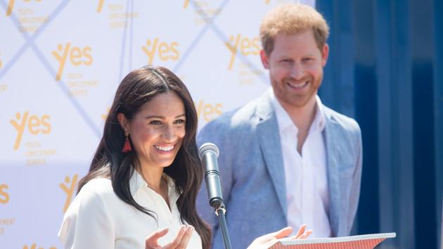 Меган Маркл впервые после раскола в королевской семье прилетела в Лондон: фотофакт