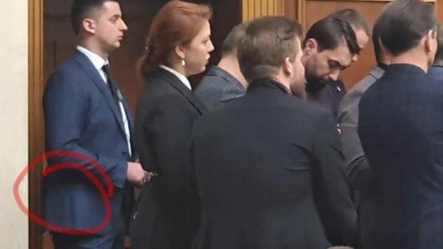 Охранник (крайний слева). Фото: facebook.com/m.v.savrasov