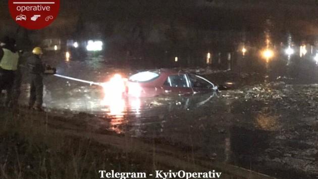В Киеве автомобиль слетел в Русановский канал (видео)