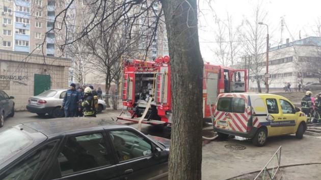 В Киеве горела жилая высотка: спасли трех человек и двух котов (фото, видео)
