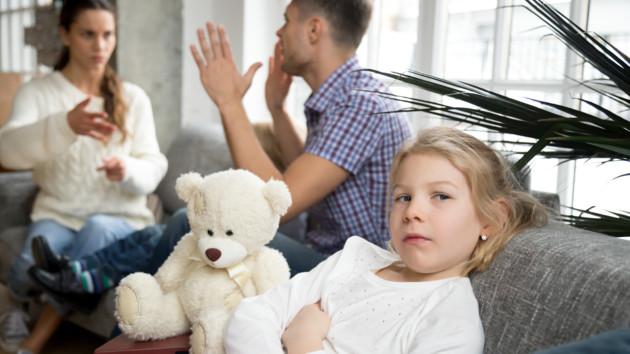 Что движет мужчинами, которые отбирают детей у матерей незаконно: ответ психолога