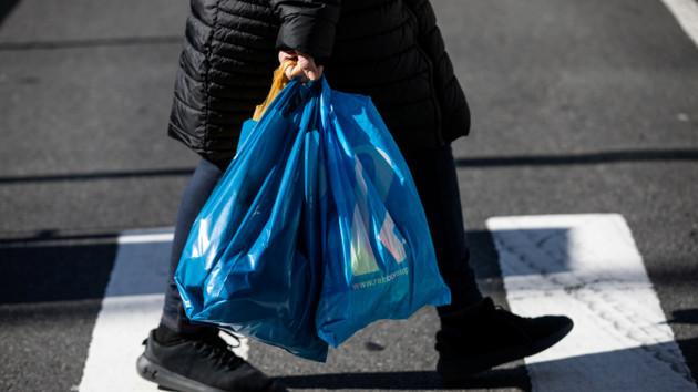 В Японии будут брать деньги за пластиковые пакеты: названа причина