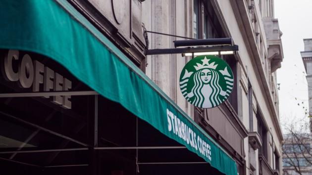 Личные кружки под запретом: Starbucks перестанет наливать кофе в термосы посетителей из-за коронавируса