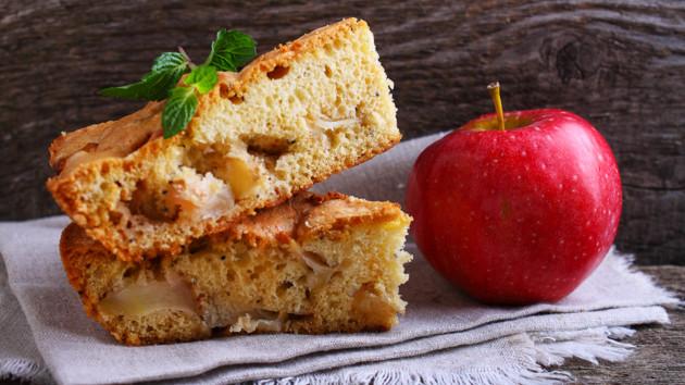 Как испечь классическую яблочную шарлотку