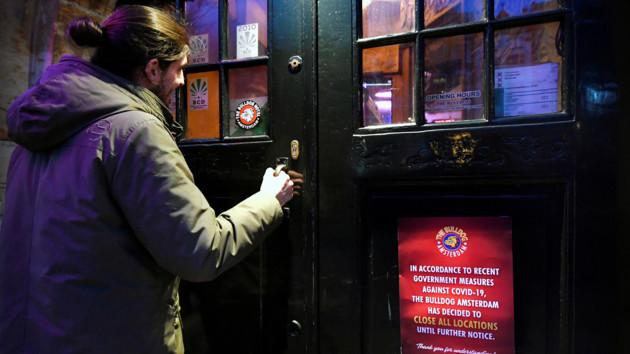 Квартал красных фонарей в Амстердаме открывает двери: как обезопасят бордели