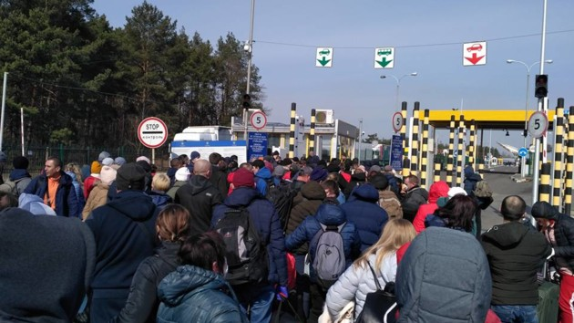 Пограничная жесть: как толпы украинцев возвращаются из Польши (фото, видео)