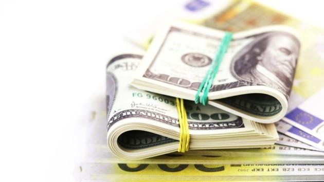 Доллар начал дешеветь, а евро прыгнул вверх: курс валют НБУ