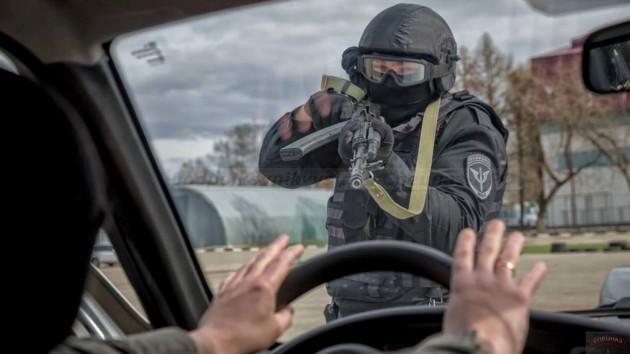 Путин может закрыть Москву: в столицу РФ стягивают технику и военных (видео)