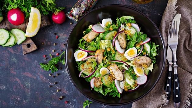 Необычный салат из редиса с мидиями и огурцами