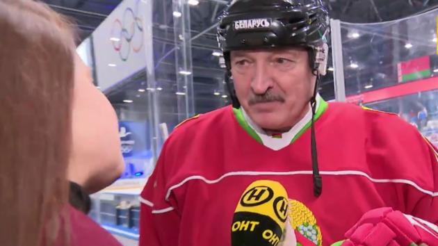 """""""Лучше умереть стоя, чем жить на коленях"""": Лукашенко сыграл в хоккей и не увидел никаких вирусов"""
