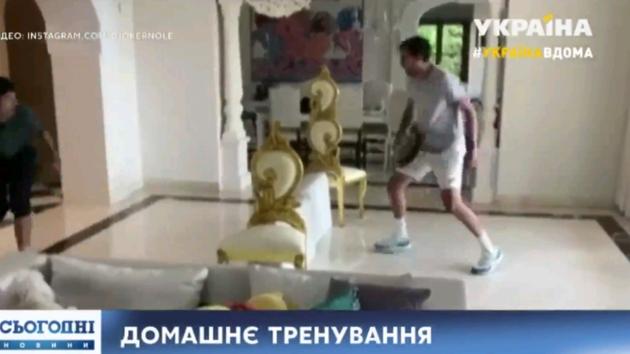 Звезда тенниса Джокович на карантине тренируется со сковородкой (видео)