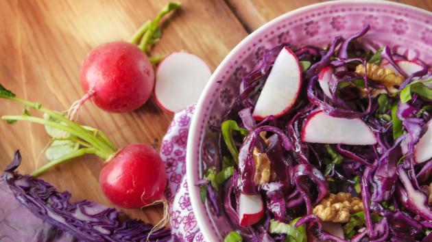 Рецепт полезного весеннего салата из редиса с капустой и орехами