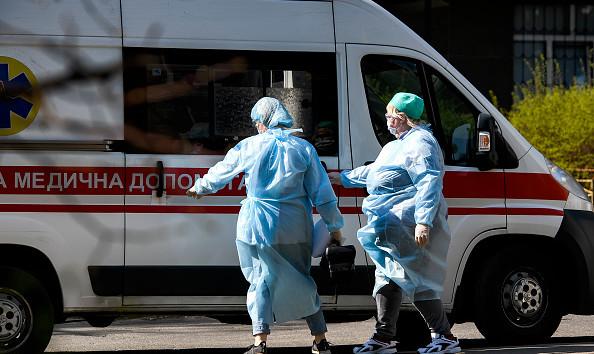 Коронавирусом заболели почти тысяча украинских медиков