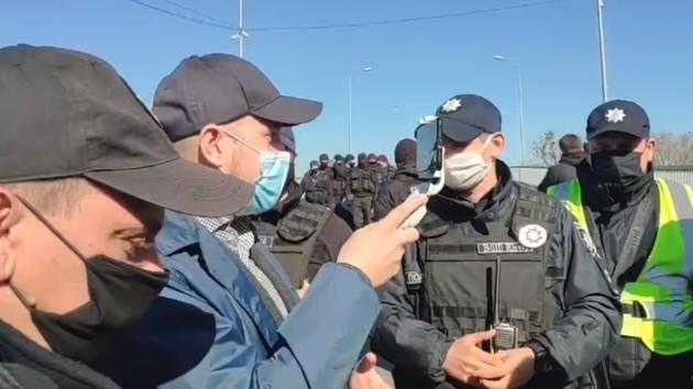 """Столичные копы перекрыли доступ в """"качалку"""" в Гидропарке (видео)"""