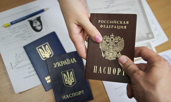 Украинцам хотят давать гражданство РФ без отказа от паспорта: названо условие