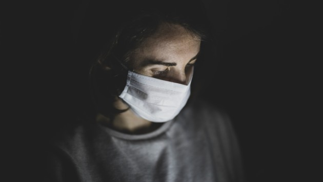 В Кривом Роге мужчина на самоизоляции заразил коронавирусом соседку