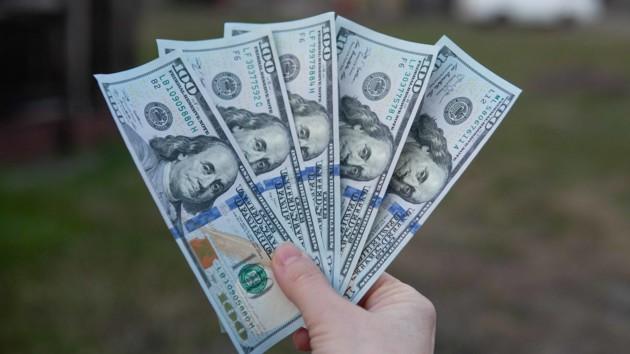 Перед Пасхой в Украине заметно подешевел доллар