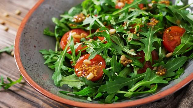 Летние салаты из руколы: три вкусные идеи