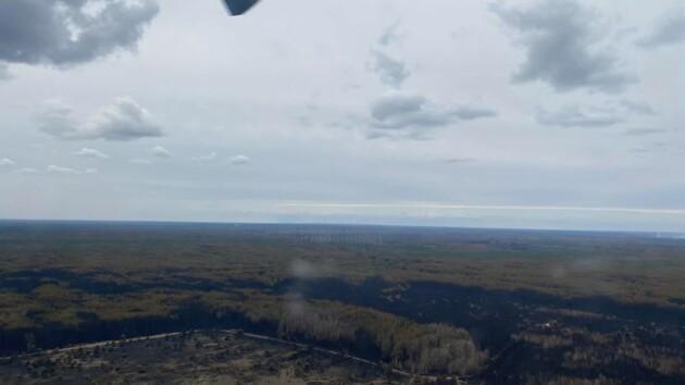 Гарь в Киеве: Кличко уехал в Чернобыль, где тлеющие пеньки тушат уже 1 тыс. спасателей (видео)