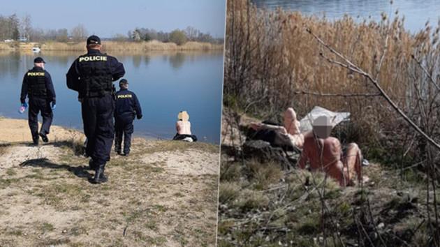 На нудистов в Чехии надели маски от коронавируса
