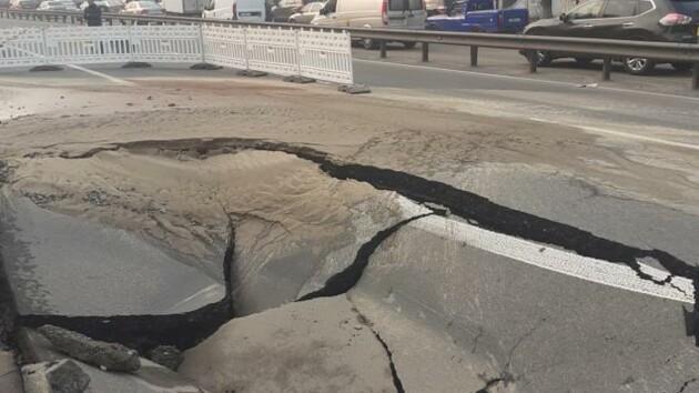 В Киеве провалился асфальт в районе Кардач: движение авто ограничено