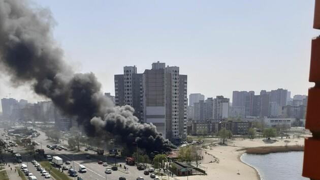 В Киеве возле озера Солнечное горит ресторан: валит столб черного дыма (фото, видео)