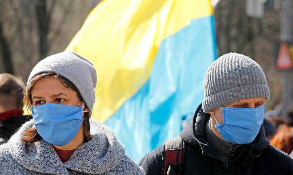 Пошив масок и спортивные марафоны: чем украинцы занимаются на самоизоляции