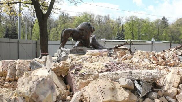 Старый входв Киевский зоопарк сносят бульдозеры: что будет с бронзовыми львами и зубром (фото и видео)