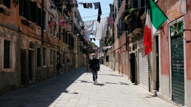 Италия раньше запланированного открывает бары и рестораны