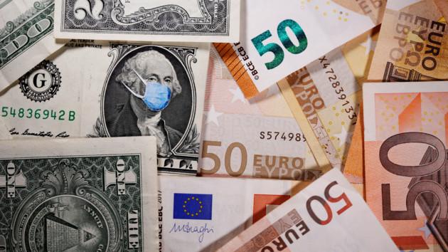 Евро в Украине опустился ниже психологической отметки, доллар тоже упал