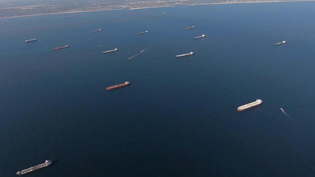 У побережья США собрались десятки танкеров: им некуда отгружать нефть (фото и видео)