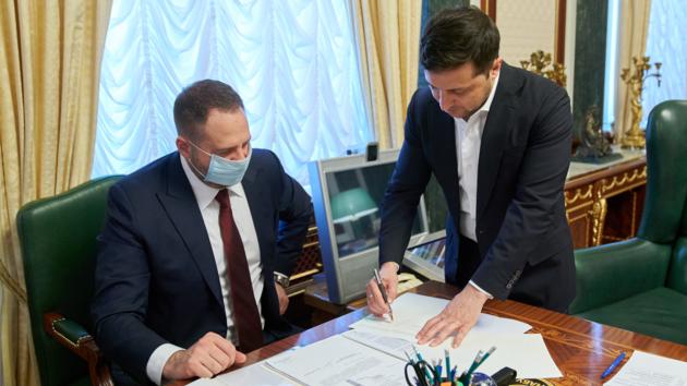 «Это исторический момент»: Зеленский подписал закон о рынке земли