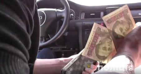 В Киевской области водитель снял на видео, как копы берут взятку