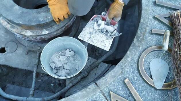 Вечный огонь в Киеве забросали мусором